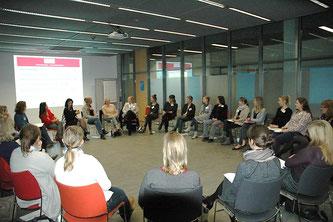 Interessiert diskutieren Professorinnen und Studentinnen die vielfältigen Perspektiven des Professorinnen-Berufs. Foto: Verena Ubl