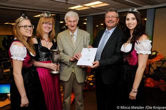 Zu sehen sind die Weinprinzessinnen sowie rechts in der Mitte der geehrte Erwin Wechsler und links daneben Bürgermeister Ottfried Fehlinger.