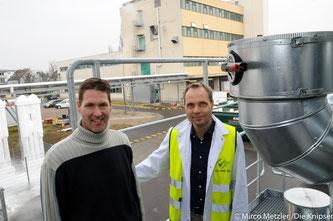 (v.l.) Markus Wendling und Frank Brinkmann vor der alten Produktion für Pulverprodukte, an die sich das neue Gebäude direkt anschließen und hochgebaut werden soll.