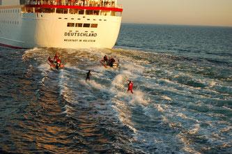 Wasserski hinterm Kreuzfahrtschiff