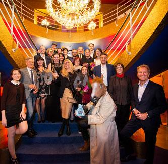 Die Preisträger und Preisträgerinnen zusammen mit den Award Stiftern, Juroren und Festivalleitung. (Bildnachweis: fugefoto)