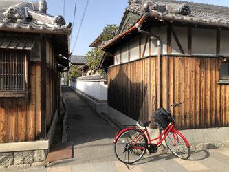 Mi caediza bicicleta en el barrio de casas antiguas de Minoh.