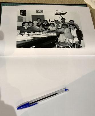 Libro de firmas con la foto del taller de poesía Tediria.  Dámaso Chicharro es el tercero por la izquierda sentado, junto a mi amigo Emilio Lobato.  Yo estoy delante de la primera i de Tediria, en una pose que no sé ni cómo calificar.