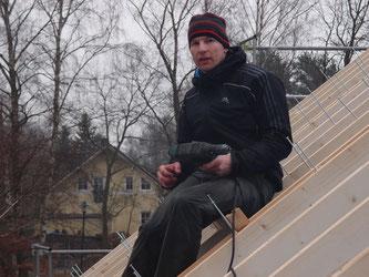 Am Freitag ist Guido mehrere Stunden übers Dach gekrochen, um die Sparrenschrauben einzuziehen. Ein Knochenjob für Mensch und Maschine. ;)