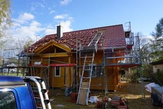 Gestern hat ein Kran die restlichen Tonziegel aufs Dach gehoben, heute wurde mit dem Eindecken begonnen. Yeah!