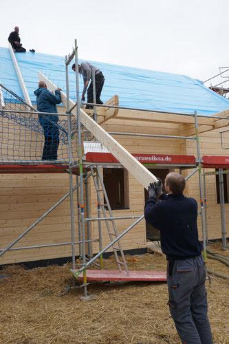 Teamarbeit auf dem Bau ... wie sagte Tobi heute so schön: Viele Hände, schnelles Ende! ;)
