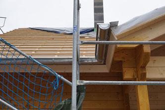 Die ersten Klempnerarbeiten wurden heute vom Chef persönlich erledigt. Morgen geht's da weiter, so dass Ende der Woche die Ziegel aufs Dach können. Yeah!