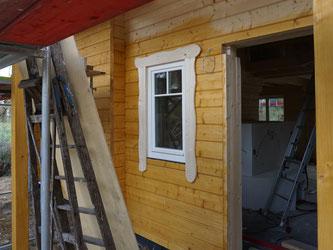 Der Prototyp der Fensterverschalung. Wellenförmig, rund und ohne Wasserwaage ... und jedes Fenster soll am Ende eine andere Farbe haben. Halt wie ein Hexenhaus.