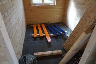 Heute wurde endlich das Orange an die Fenster gebracht. Orange und blau putzt die Sau ... oder so ähnlich.