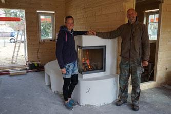 Hand in Hand durchs Feuer gehen ... ist das ramontisch! Ach ja, im Hintergrund ist unser neuer Grundofen zu sehen. ;)