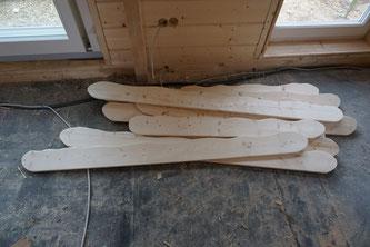 Die Oberteile der Fensterverschalungen habe ich in Akkordarbeit heute fertig gestellt. Da war ich wieder einmal froh, vernünftiges Werkzeug zu haben. Geschliffenes Holz ist außerdem saugeil zum Rüberstreicheln.