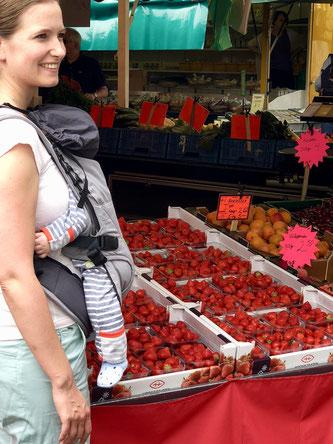Wochenmarkt Mama mit Baby Erdbeeren