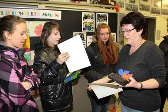 Fachbereichsleiterin Petra Gombert ehrt die Mathematiksieger Anna Waldschmidt (8R2), Alessio Garotti (8R1) und Jaqueline Will (8a)