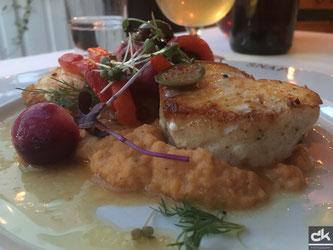 Langfisch auf Kartoffelstock, mit Gemüse garniert