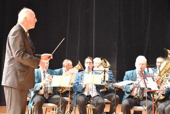 """Dr. Erwin Vetter dirigiert """"seine Bruchhausener"""" bei seinem 80. Geburtstag 2017 in der Stadthalle Ettlingen."""