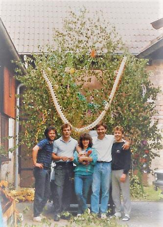 Vor der gezierten Schuttmulde v.l.: Peter, Eckhard, Angelika, Klaus-Dieter, Ralf - hier geht's auch zu den Bildern