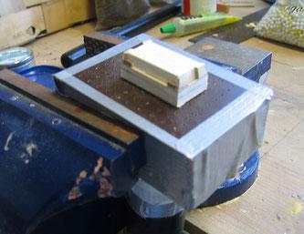 Die Tiefziehbox und das darauf befestigte Urmodell