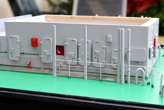 Details an den ersten Aufbauten: Türen, Feuerlöscheinrichtungen, Handläufe