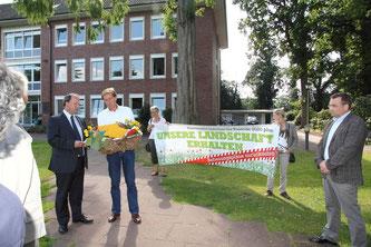 Übergabe der Stellungnahmen durch Udo Frigger an Bürgermeister von Essen am 27.08.2012