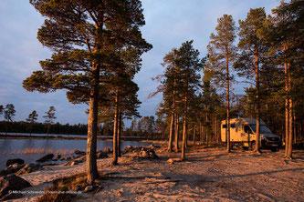 Wohnmobil parkt an eine See in Finnland/Lappland.