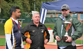 Rik Busker (r), Manager Pickwick Pub Bern, presenting the winning trophy