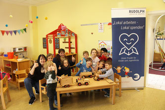 Foto v.l.n.r.: Ina Bartholmai (Stellv. Leiterin Kindergarten), Stefanie Paschen (Rudolph Logistik Gruppe), Carmen Linsing (Kindergarten-Leiterin). (Foto: Rudolph Logistik)