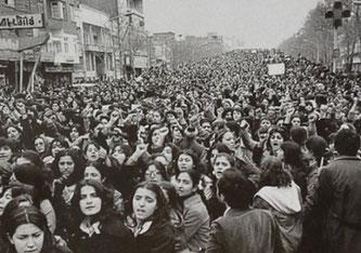 Mujeres protestando en contra del uso forzado de la hijab en Irán un día después de la revolución islámica en 1979