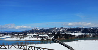 関越道・越後川口SAから魚野川を見る