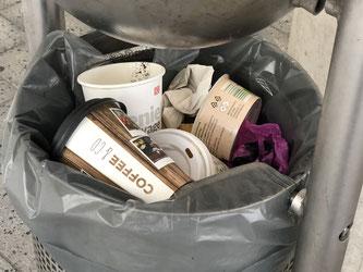 Ein Mülleimer, mindestens drei Einwegbecher - Foto: SPD