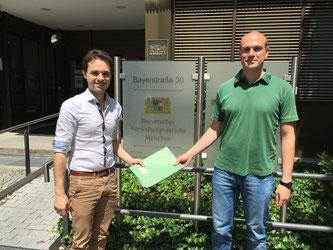 Gemeinderäte Matteo Dolce (SPD) und David Grothe (Grüne) heute Mittag beim Verwaltungsgericht - Foto: SPD