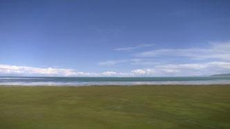 青海湖西端の湖岸