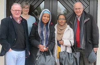 Die Elternhilfe nahm Selam in Empfang: v.l. Harald Germandi, Susanne Schulze-Konopka (1. Vorsitzende), Selam Tesfay und ihre gleichnamige Schwester und Ottfried Gericke (2. Vorsitzender).