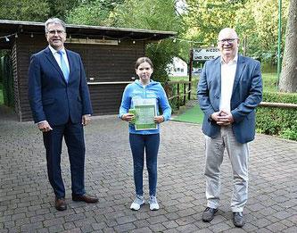 Jung und erfolgreich: Die deutsche Kaninchenzucht Vize-Jugendmeisterin Kristina Kiermeier wurde von Landrat Frank Matiaske (rechts) und dem Kreistagsvorsitzenden Rüdiger Holschuh für ihre Erfolge geehrt.