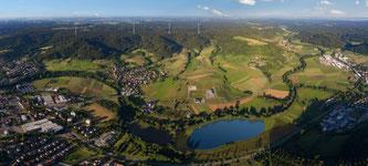 In Gaildorf baut Max Bögl die flexible Wasserbatterie: Ein Windpark kombiniert mit einem Pumpspeicherkraftwerk. Bild: Max Bögl Wind AG