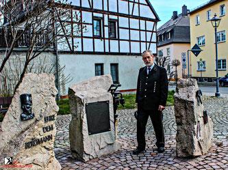 Siegfried Woidtke vor seinem Bergbaudenkmal in Zwönitz