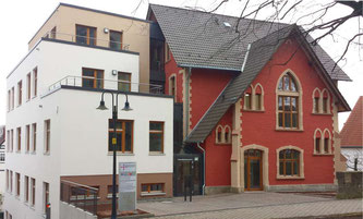 Kirchenkreisamt Eder-Ems und Twiste-Eisenberg sowie das Dekanat Twiste-Eisenberg in der Kilianstraße 5 in Korbach. Das Ursprungsgebäude rechts wurde 1898 durch den Architekten August Orth errichtet.