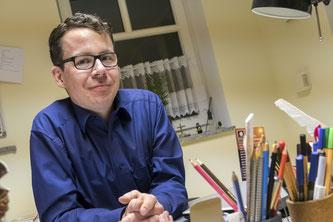Pfarrer Matthias Westerweg im Büro des Pfarramt. Der 37-jährige gebürtige Borkener freut sich auf die vor ihm liegende Zeit.