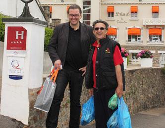 Andréas Larsson et Patrick Jeffroy devant son établissement à Carantec - (c)CP/Scarmor