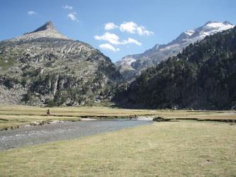 Forau de Aigualluts, al fondo a la derecha el Pico Aneto.