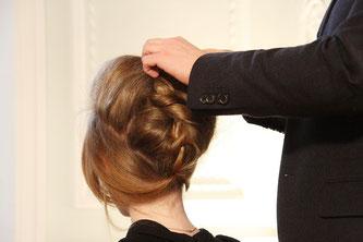 Das Kämmen beim Friseur, Hochsteckfrisuren - dabei kann hochsensiblen Menschen die Kopfhaut richtig weh tun.