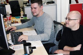 Martin Pohl und Alexander Koch am Service Desk. © Uhl/URANO