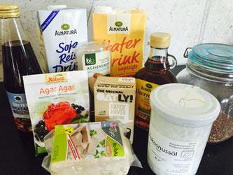 Datteldicksaft, Agavendicksaft, Ahornsirup, Kokosnussöl, Leinsamen und Agar Agar zum Backen, Tofu statt Fleisch und pflanzliche Drinks für Müsli und Kaffee