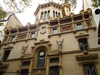 Пешеходная экскурсия по бульвару Рамбла в Барселоне.