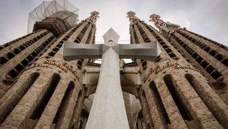 Храм Святого Семейства  - Крест Славы на фасаде Страстей