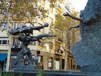 Уличная скульптура Барселоны. Погожий день, изгоняющий бурю