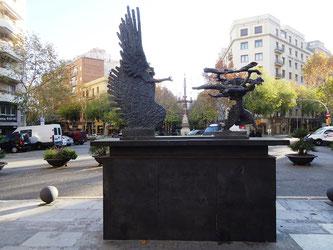 Уличная скульптура Барселоны. Погожий день, бегущий за бурей