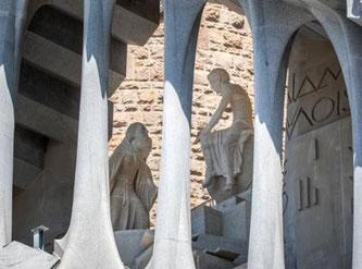 Храм Святого Семейства в Барселоне - новые скульптуры на фасаде страстей