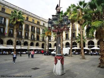 Фонари Гауди на Королевской площади в Барселоне
