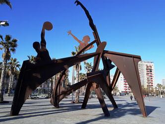 Скульптура на улицах Барселоны. Посвящение плаванию