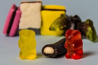 ©Apointy 橋本病・甲状腺機能低下症の方へ お菓子のグミも悪影響を与えることがあります。 写真はイメージ